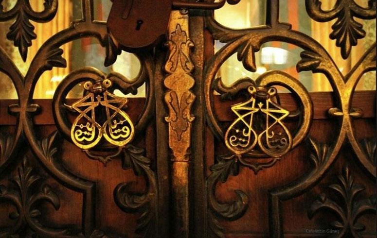 Ayasofya Kütüphanesinin Kapı Tokmağında Ya Fettah Yazar