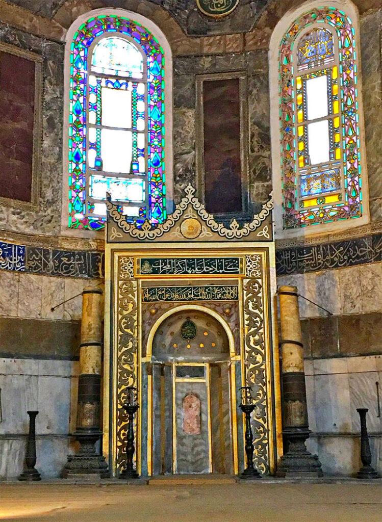 Kanuni Sultan Süleyman Ayasofya'ya 2 Dev Kandil Getirmiştir